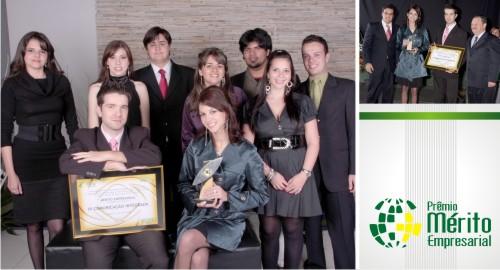 Integrantes da i9. Paulo Matozo e Renata Nizer recebendo o prêmio.
